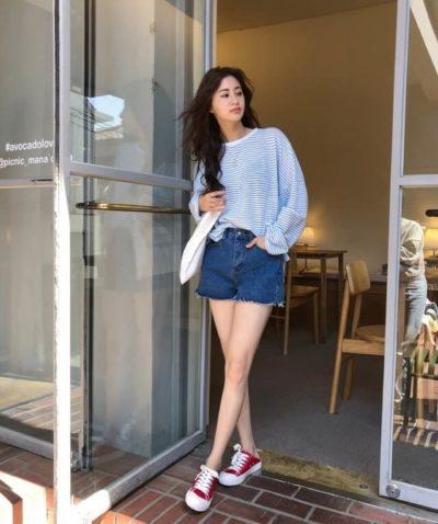 Áo oversized đóng thùng hờ hững cùng short jeans rất hợp với không khí mùa hè mà lại còn che được khuyết điểm nữa