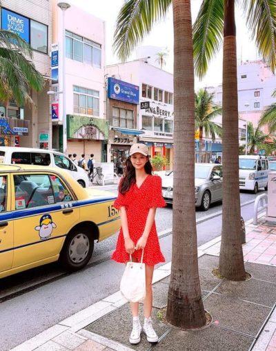 Đầm style kimono với thiết kế cổ xéo sẽ khiến bạn trông thanh mảnh hơn