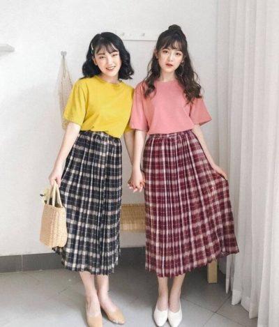 Những chiếc áo thun màu sắc cùng chân váy caro