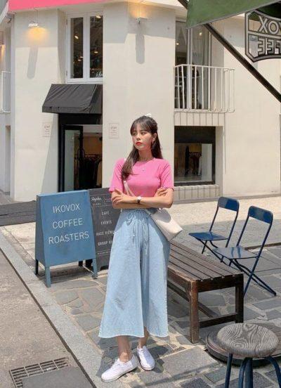 Diện áo thun hồng kết hợp cùng quần ống rộng xinh cực