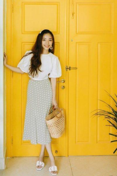 Dịu dàng và nhẹ nhàng với áo trắng tay phồng cùng chân váy chấm bi nè