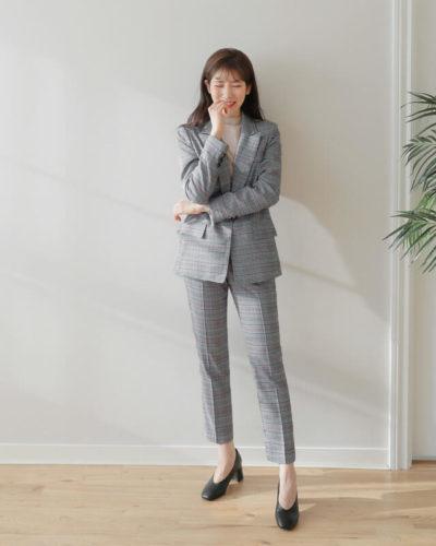 Quần âu + áo thun + blazer thể hiện sự chỉnh chu, chuyên nghiệp của một người phụ nữ trưởng thành