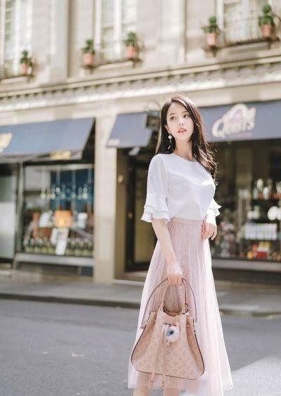 Điều quan trọng nhất khi chọn váy đầm chính là phải tôn lên sự nữ tính, duyên dáng và sang trọng cho người mặc chúng