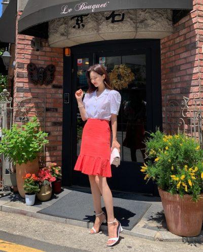 Những chiếc váy dáng midi với độ dài đến bắp chân thực sự là lựa chọn hoàn hảo để quý cô mặc đi làm, đảm bảo sự thanh lịch và khéo léo dấu đi những khuyết điểm của đôi chân