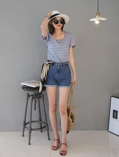 Áo phông xanh kẻ ngang cổ vuông + quần short jean trẻ trung
