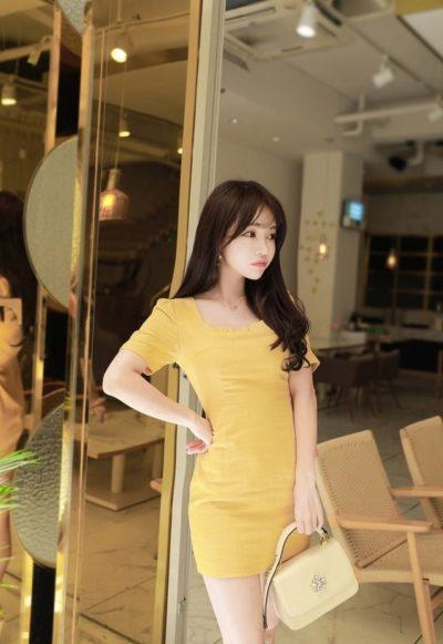 Đầm vàng cổ vuông ngắn cũng đẹp nha