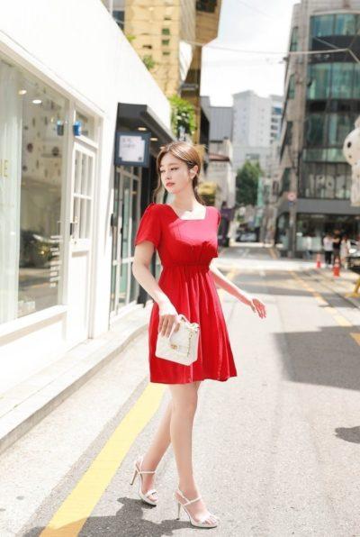 Váy đỏ cổ vuông ngắn trẻ trung