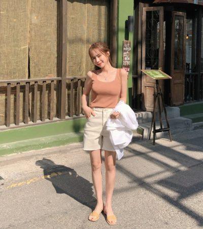 Áo hai dây cổ vuông hồng + quần short đơn giản