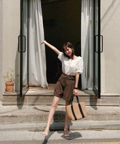 Áo sơ mi trắng cổ vuông + quần short ngắn nâu xinh quá nha