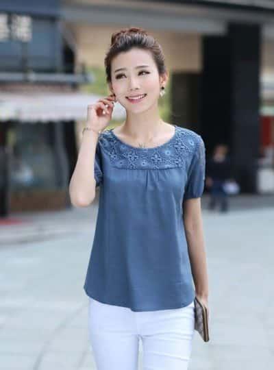 Áo màu xanh kết hợp với quần jeans trắng thêm trẻ trung
