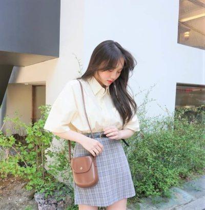 Một chiếc sơ mi tay ngắn vừa cỡ xinh hơn nếu mặc cùng chiếc váy sọc caro