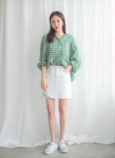 Phong cách bụi bặm biến hóa chiếc sơ mi oversize với váy jean ngắn tua rua