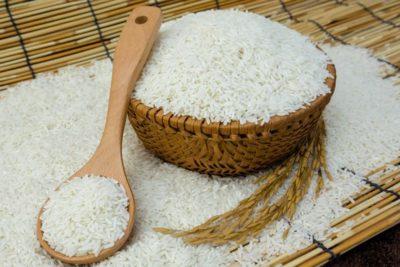 Làm khô giày từ gạo - Bỏ túi 5 mẹo làm giày mau khô siêu tốc dễ dàng