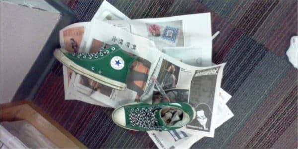 Làm khô giày từ giấy báo - Bỏ túi 5 mẹo làm giày mau khô siêu tốc dễ dàng