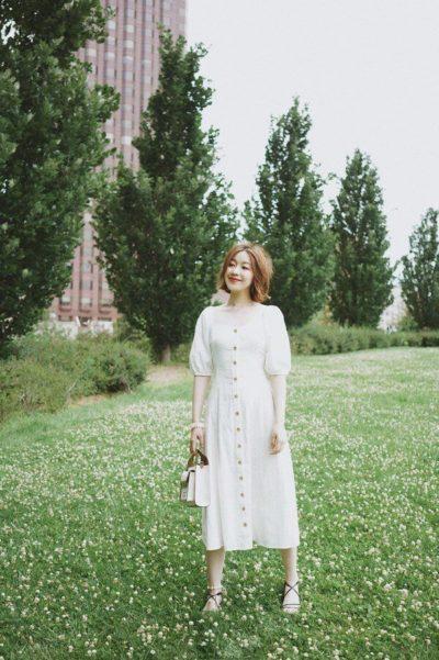 """Đơn giản nhất, chỉ cần diện lên chiếc váy tay bồng màu trắng trơn này, các nàng đã có ngay một vẻ ngoài """"hack"""" tuổi."""
