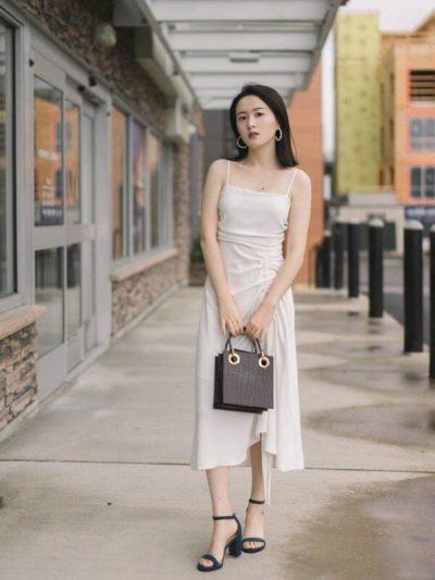 Váy hai dây dáng midi là item cực phóng khoáng có khả năng tuyệt vời giúp các nàng giấu đi tuổi thật của bản thân.
