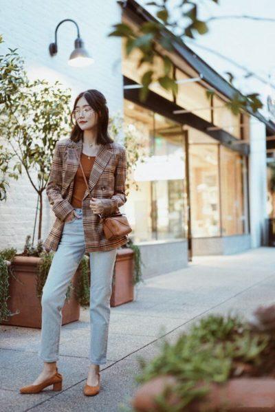 Trong khi quần jeans đem tới nét bụi bặm, cá tính thì áo blazer sẽ hô biến diện mạo các nàng trở nên vô cùng sành điệu, thời thượng.