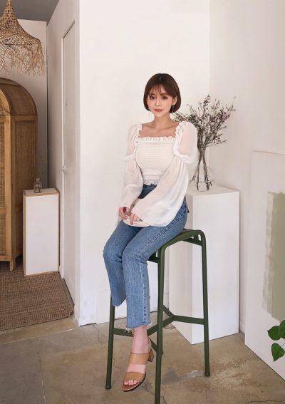 Combo crop top và quần jeans ống đứng cứ mặc lên người là vóc dáng cao ráo, đôi chân miên man hơn hẳn