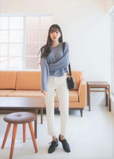 Cá tính như quần ống đứng cũng có thể diện đến công sở nếu bạn chọn một thiết kế áo blouse nhẹ nhàng để diện cùng