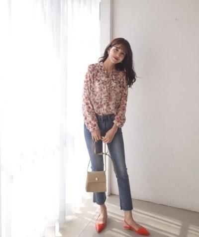 Thiết kế sơ mi voan họa tiết nhẹ nhàng tôn dáng diện cùng quần jeans ống đứng là gợi ý chuẩn nhất dành cho các nàng công sở