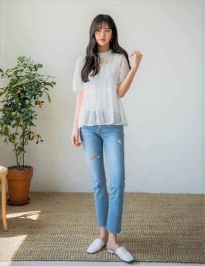 Phong cách vintage nhẹ nhàng nữ tính với áo voan trắng cùng jean ống đứng đơn giản