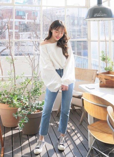 Lộ một chút vai trần mềm mại với áo trễ vai mix cùng jeans cạp cao nữa là đủ combo sang chảnh kiêu kỳ cho các nàng