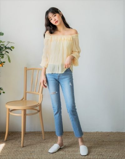 Áo trễ vai và quần jeans luôn là cặp bài trùng, cứ mix cùng nhau là luôn đẹp