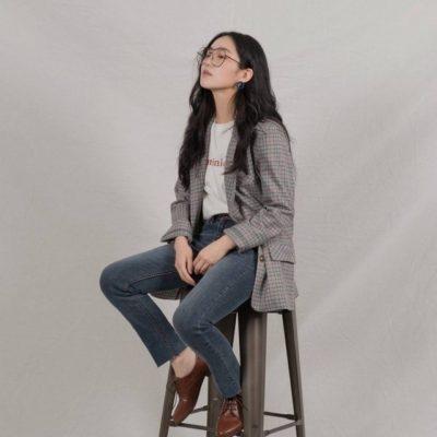 Nếu bạn cảm thấy set đồ áo phông – quần jeans của mình có phần thiếu điểm nhấn thì mix thêm 1 chiếc blazer nổi bật như thế này