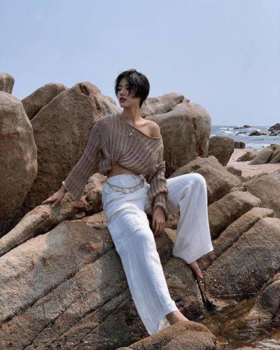 Một nàng hoang dã giữa biển khơi với áo đan khoe vai và quần trắng