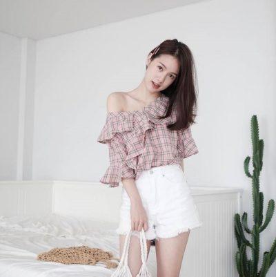 Áo blouse caro tay loe và short Jean trắng lai tua baby quá đi nè