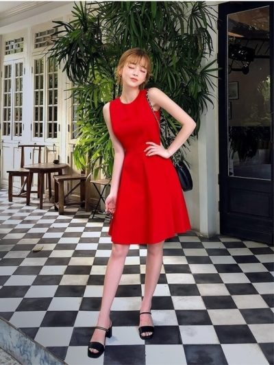 """Một chiếc váy liền thân màu đỏ đô hay màu đỏ cherry chắc chắn sẽ là món """"vũ khí"""" cực quyến rũ và nổi bật dành cho bất cứ người phụ nữ nào"""
