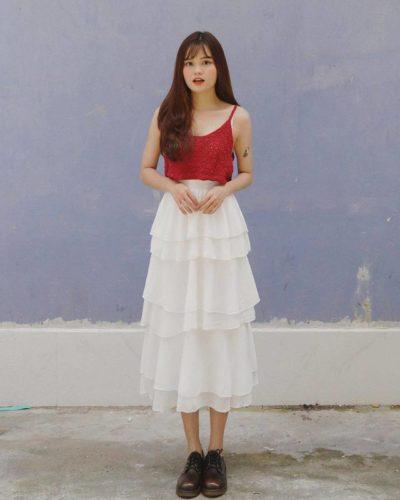 Nếu bạn muốn theo đuổi phong cách thời trang cá tính thì đừng bỏ lỡ cách phối đồ cực chất giữa hai dây đỏ và váy tầng trắng nhé