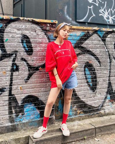 """Hãy """"làm nóng"""" mùa hè này với thun oversize đỏ cực thời thượng và short jean diện mốt dấu quần thôi nào!"""