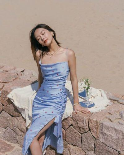 Váy hai dây lụa bóng cũng là item hot hit nhất trong mùa hè năm nay khi mà từ các fashionista đến các sao nữ đều không thể cưỡng lại sức hút của kiểu váy này