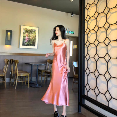 Với item váy hai dây lụa bóng, chìa khóa của cách phối đồ đó là càng đơn giản lại càng đẹp