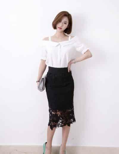 Áo sơ mi trễ vai trắng váy đen như át chủ bài của mọi thời trang