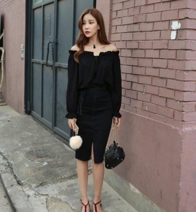 Phối nhẹ tông đen của áo sơ mi trễ vai cùng váy xẻ trước