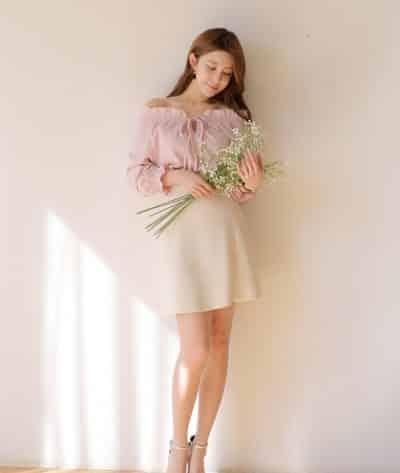 Cô nàng tiểu thư luôn thích thú kiểu áo sơ mi trễ vai thắt nơ mặc cùng váy xòe