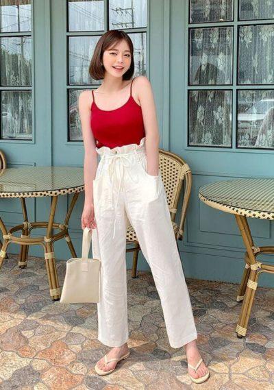 Đơn giản với áo dây đỏ cùng quần ống rộng nhìn cực xinh luôn