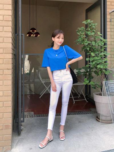 Tươi tắn với áo croptop xanh coban kết hợp quần jean trắng