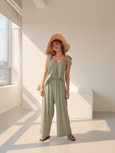 Set đồ tối giản nhưng mang cho người mặc cảm giác thoải mái và mát mẻ trong những ngày hè