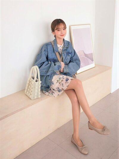 Bạn sẽ nữ tính tuyệt đối cùng set đồ cùng đầm họa tiết và áo khoác jean này, dù mix với giày thể thao đi nữa