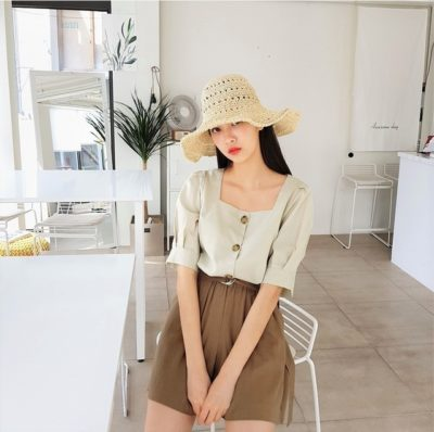 Áo cổ vuông là một must-have item của các nàng trong tủ đồ mùa hè. Dù rất đơn giản nhưng đủ làm bạn nổi bật giữa đám đông một cách nhẹ nhàng, tinh tế