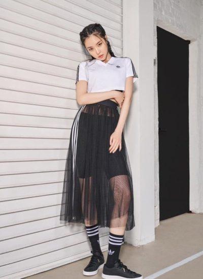 Lạnh lùng girl cùng set Adidas croptop cổ tim quần short thể thao phối thêm chân váy lưới xuyên thấu