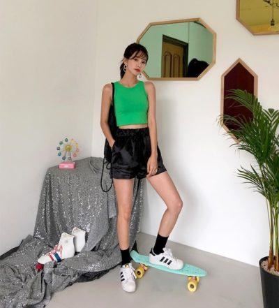 Áo ba lỗ và quần short năng động cùng giày Adidas
