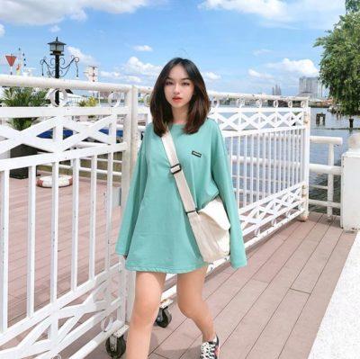 Áo giấu quần tay dài xanh mát thật hợp với balo quai chéo