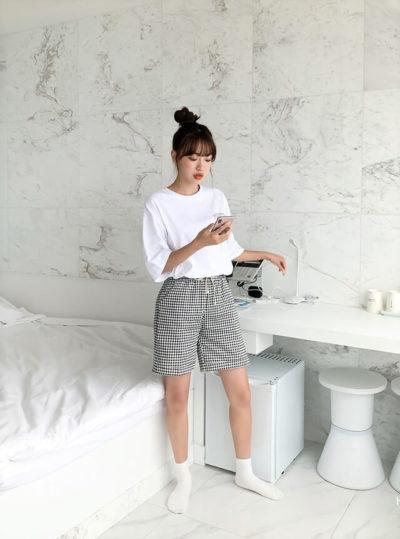 Phối áo thun oversize cùng quần short caro