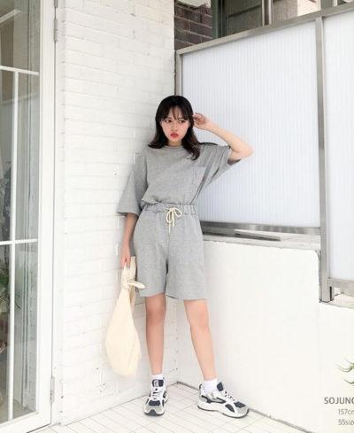 Cực phong cách với áo thun oversize và quần short tông xám