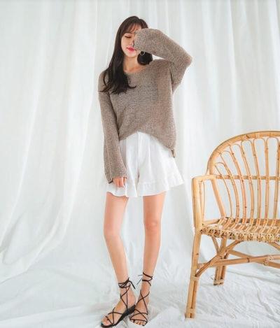 Đáng yêu cùng áo len oversize và chân váy xếp ly
