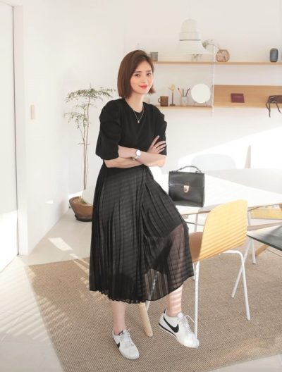 Phá cách với áo thun đen cùng chân váy xếp tà